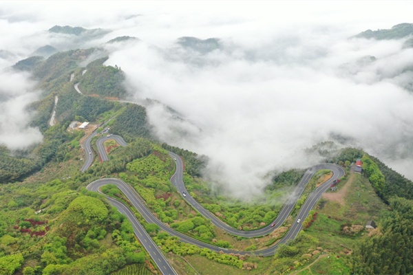 Misty views of famed Siming Mountain twisting road