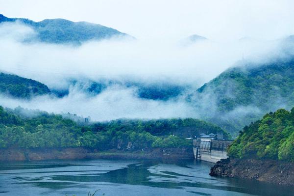 Misty water reservoir in Ningbo resembles a fairyland