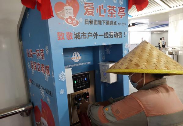 Tea booths help outdoor workers cool down