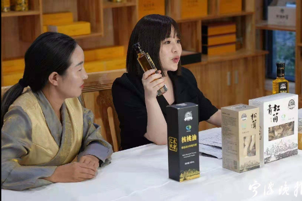 Livestreaming team from Ningbo helps sell Muli's agriproducts