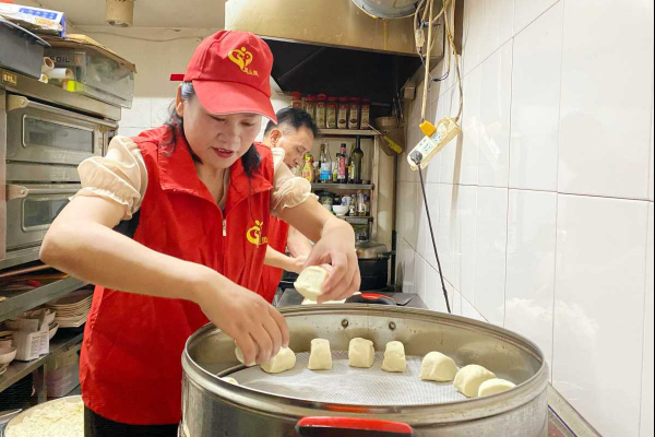 Residents of Ningbo offer free food as typhoon hits the city