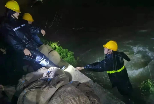 People fight against Typhoon In-Fa in Ningbo