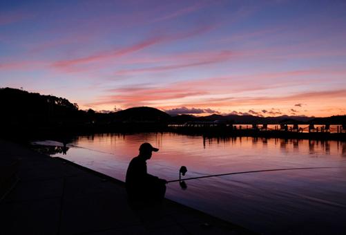 In pics: Captivating sunrise over Dongqian Lake