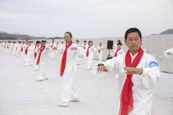 1,000 people practice tai chi in Xiangshan