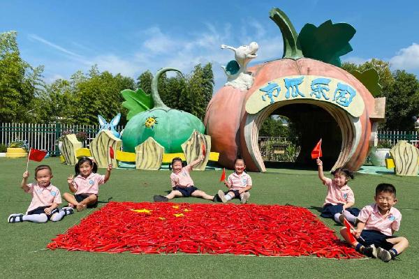 Students celebrate National Day in Ningbo