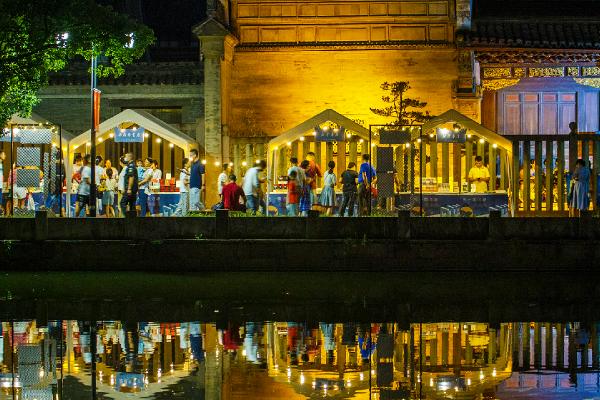 Night market captivates book lovers