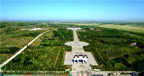 """从2010年开始,结合鄂尔多斯市""""四个百万亩""""绿化工程,伊旗委、政府相继启动实施碳汇林工程、成吉思汗陵视觉景观区绿化工程,总绿化面积14.5万亩,总投资11.6亿元,共栽植各类苗木677万株。图为我国西部第一个人工造林的国家级森林公园——成吉思汗国家森林公园。.png"""