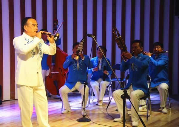 嘉祥鲁西南鼓吹乐团正在演奏.jpg