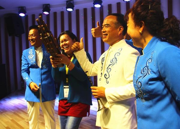 来自老挝的记者尝试学习演奏乐器.jpg