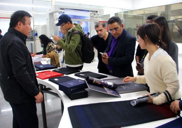 外国媒体团一行参观如意集团展馆.jpg