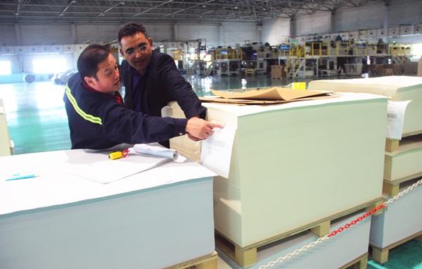巴基斯坦记者(右)参观太阳纸业生产线.jpg