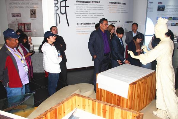 海外媒体采访团参观太阳纸业博物馆.jpg