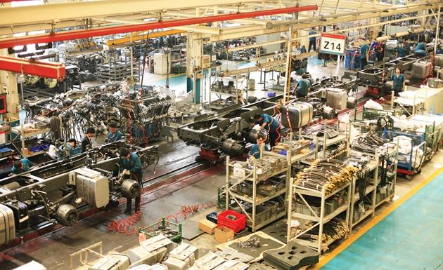 中国重汽曼技术重卡生产线 王倩 摄.jpg