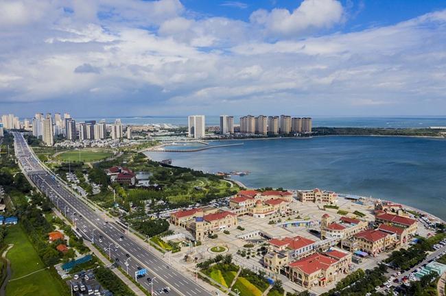 航拍青岛西海岸新区 蓝天白云下城市风光美如画 VCG111292572784.jpg