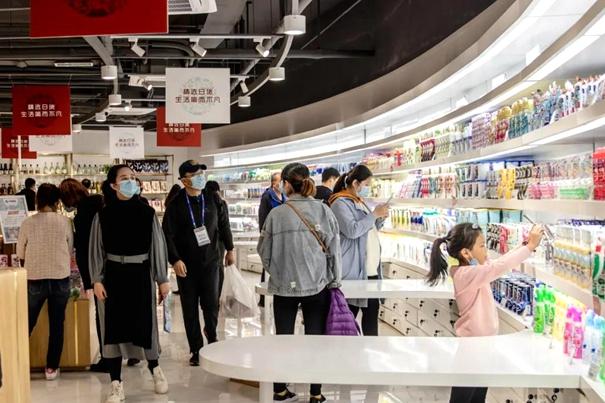 """""""双十一""""期间,中日韩消费专区电商体验中心众多消费者在此体验消费。1_副本.jpg"""