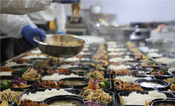 Shinan restaurant offers free lunch to volunteers, sanitation workers