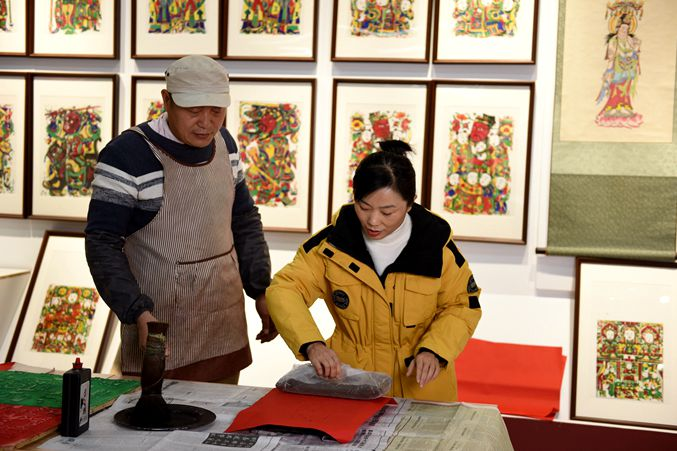 Traditional New Year decoration sales season arrives in Linyi