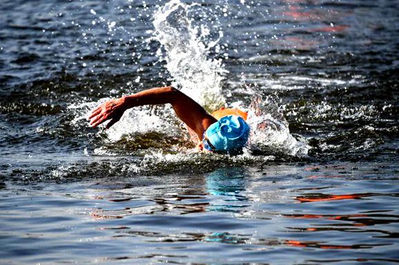 Winter swimming festival held in Taierzhuang ancient town