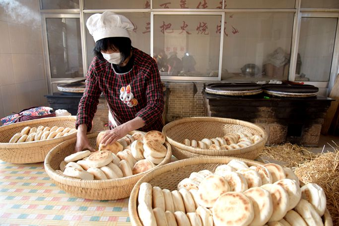 Traditional baked wheaten cakes enter sales season in Rongcheng