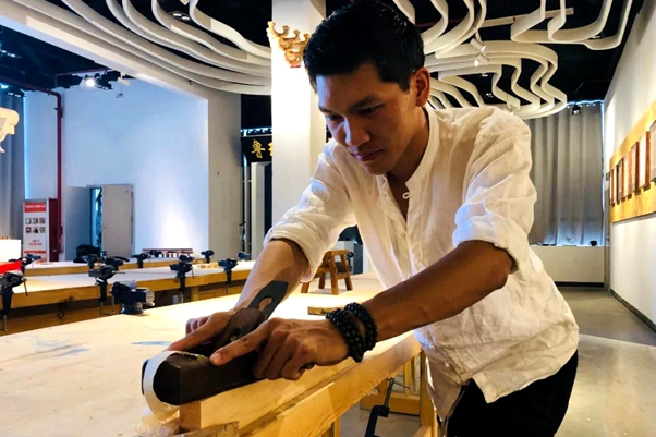 Young people promote traditional tenon-and-mortise work in Jining
