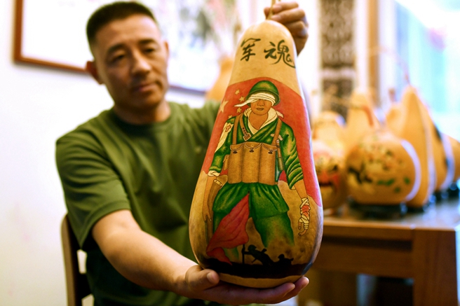 Qingdao artist displays pyrography gourds