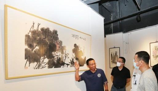 恵南鎮住民が書道で描く浦東開発・開放30周年