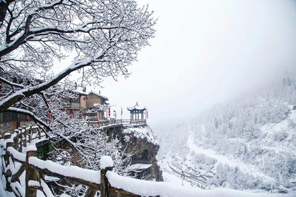 Shanxi cliff village sees spring snow