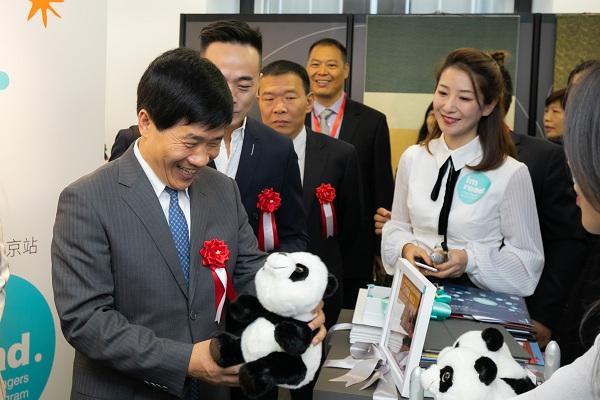 市委常委、宣传部部长杜飞进观展2.jpg
