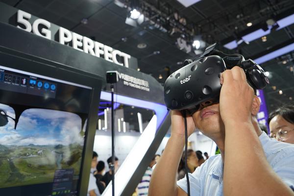 【展览展示】9月15日 物联网博览会展会现场 体验VR技术 (摄影:贾军松).jpg