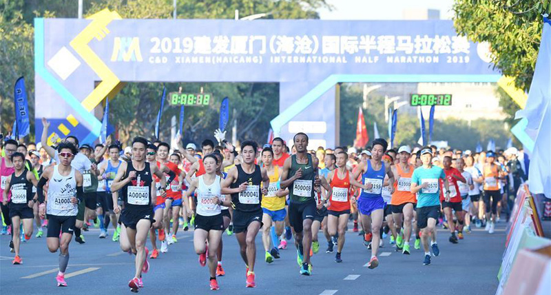 People participate in intl half marathon in Xiamen