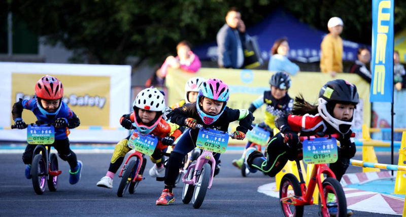 Children's bike-balance competition held in Xiamen