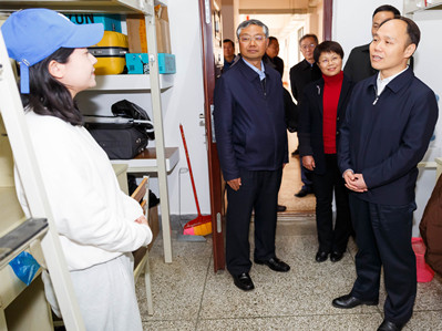 Vice-governor offers Spring Festival blessings to students at YNU