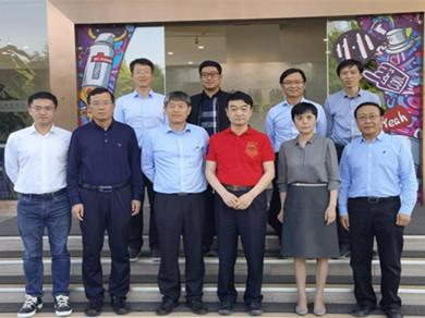 Yunnan University delegation visits company of alumnus