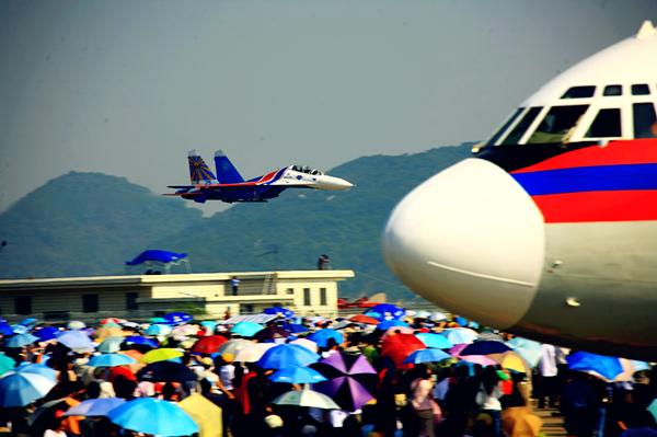 Russian Air Force Knights Aerobatic Team performs in 2006. [Photo by Yu Yanmin]_副本.jpg