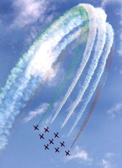 The Indian Air Force Surya Kiran Aerobatic Team peforms(1) in 2008. [Photo by Cheng Lin]_副本.jpg