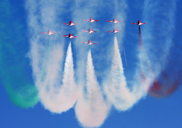 The Indian Air Force Surya Kiran Aerobatic Team peforms(2) in 2008. [Photo by Cheng Lin]_副本.jpg