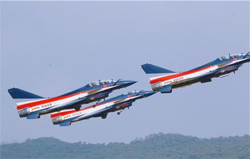 Bayi Aerobatic Team pulls off aerial stunts at Airshow China
