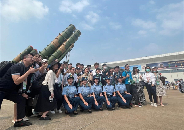 Up-and-coming HK, Macao people admire Airshow China
